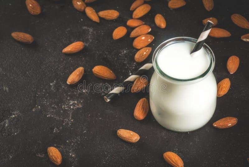 Pequeña botella de leche de la almendra imagenes de archivo