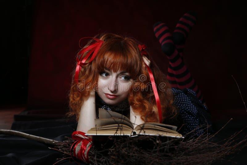 Pequeña bruja La muchacha es una bruja Baba Yaga con una escoba imágenes de archivo libres de regalías