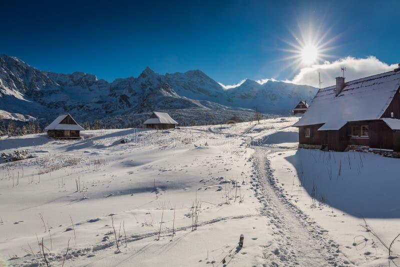 Pequeña cabaña de la montaña en invierno en la puesta del sol fotos de archivo libres de regalías