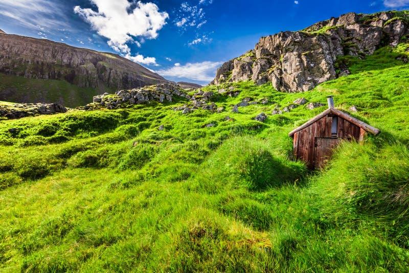 Pequeña cabaña de la montaña, Islandia imagen de archivo