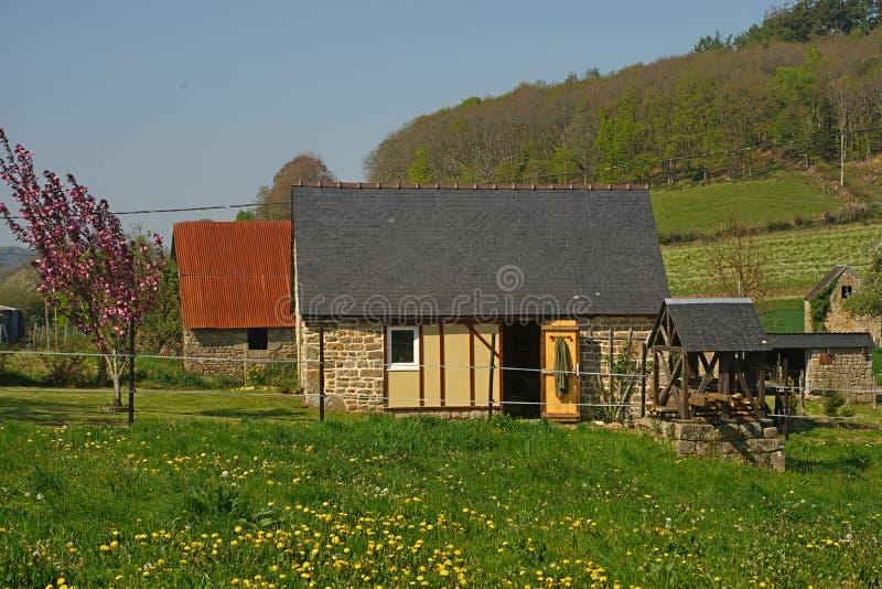 Pequeña cabaña de piedra en el campo francés pacífico foto de archivo libre de regalías