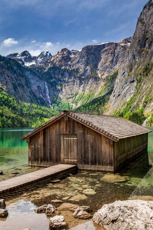 Pequeña cabaña en el lago Obersee en las montañas, Alemania imagen de archivo