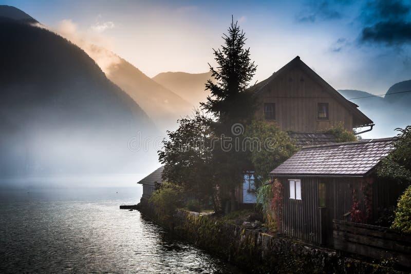 Pequeña cabaña en las montañas brumosas fotos de archivo