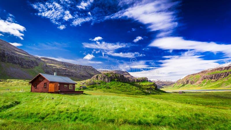 Pequeña cabaña en las montañas, Islandia fotografía de archivo libre de regalías