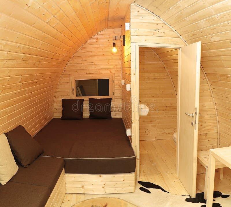 Pequeña cabina de la casa de campo con las paredes de madera foto de archivo libre de regalías