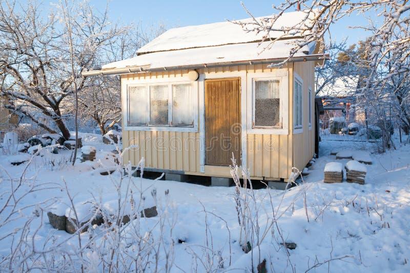 Pequeña cabina en el invierno foto de archivo libre de regalías