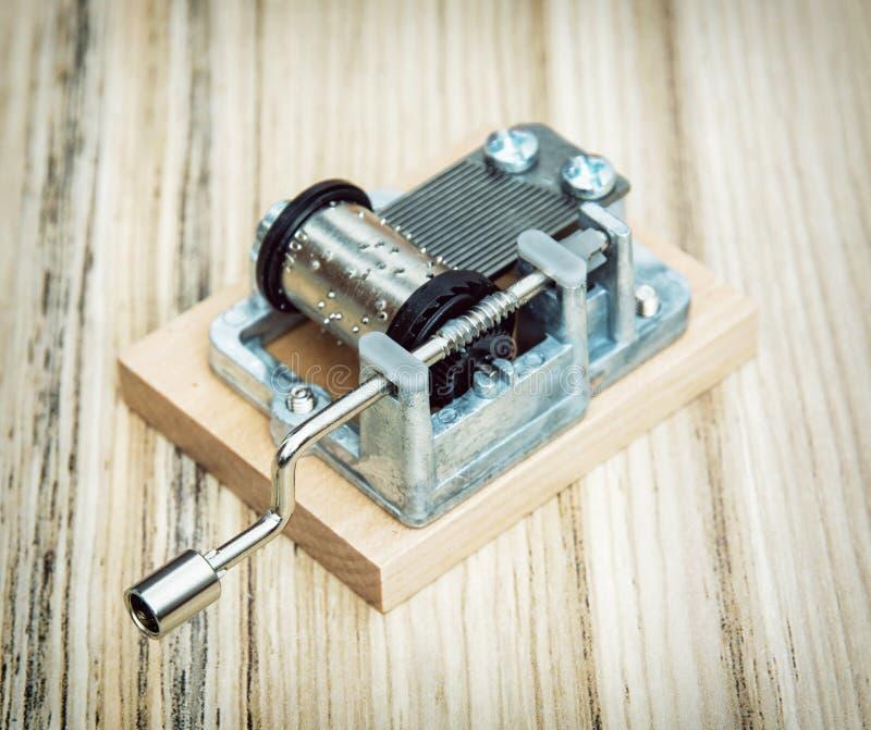 Pequeña caja de música vieja en el fondo de madera, estilo retro imagen de archivo