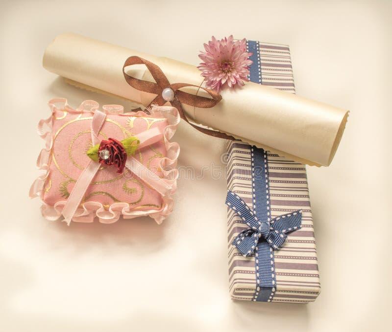 Pequeña caja de regalo y una flor para el cumpleaños foto de archivo