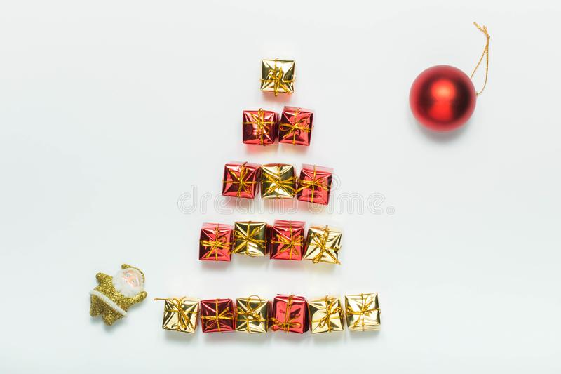Pequeña cajas de regalo, bola de la Navidad y Santa Claus brillantes aisladas en el fondo blanco fotos de archivo libres de regalías