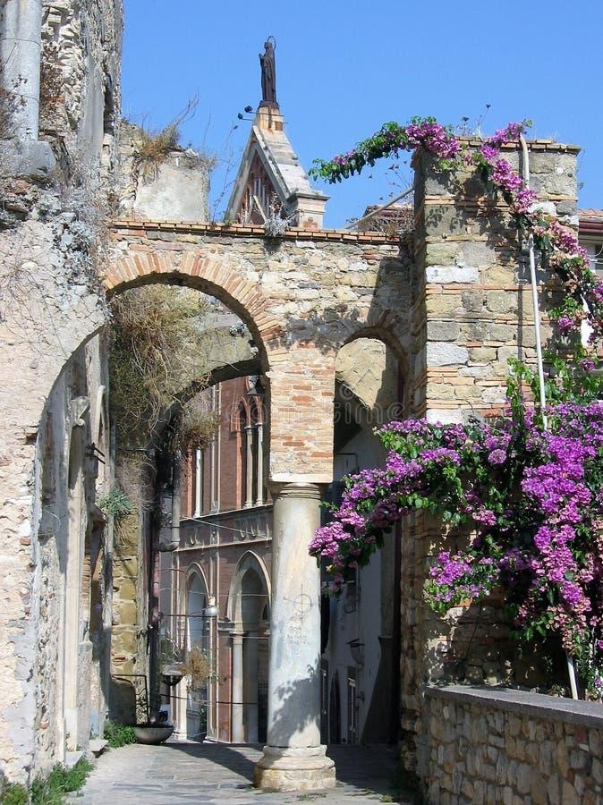 Pequeña calle de una ciudad medieval con un paso al arco a Gaeta en el sur de Italia imagenes de archivo