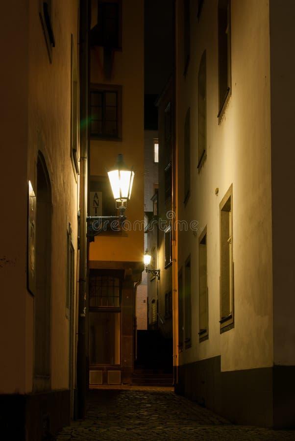 Pequeña calle en ciudad vieja en la noche en Colonia Alemania imagenes de archivo