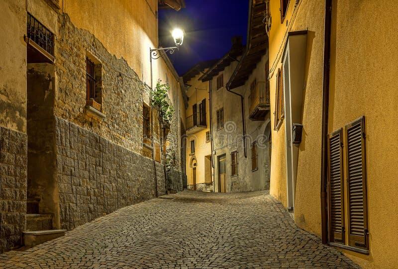 Pequeña calle en la noche fotografía de archivo libre de regalías