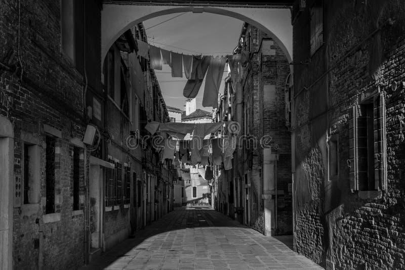 Pequeña calle en Venecia imágenes de archivo libres de regalías