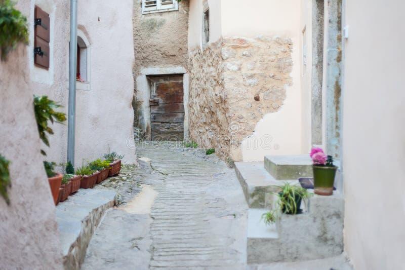 Pequeña calle estrecha de la ciudad vieja costera fotografía de archivo