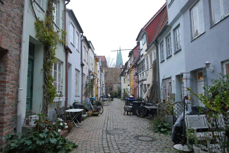 Pequeña calle secundaria en la ciudad vieja de Lubeck, Schleswig-Holstein, Alemania fotos de archivo