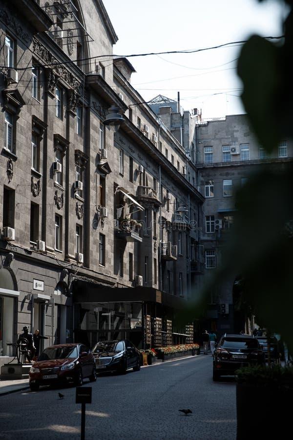 Pequeña calle tranquila con algunos builings fashined viejos en el centro de la ciudad de la ciudad grande foto de archivo libre de regalías