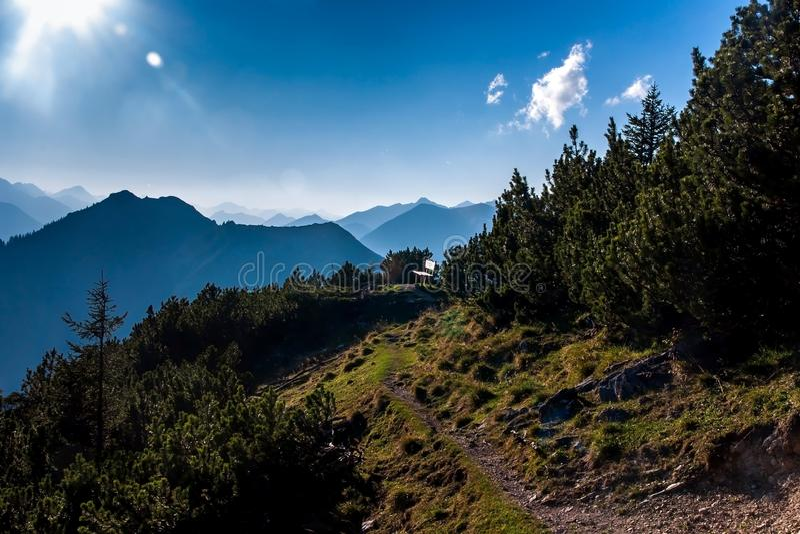 Pequeña calzada pedregosa en la montaña imagen de archivo