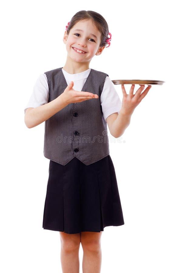 Pequeña camarera que se coloca con la bandeja foto de archivo