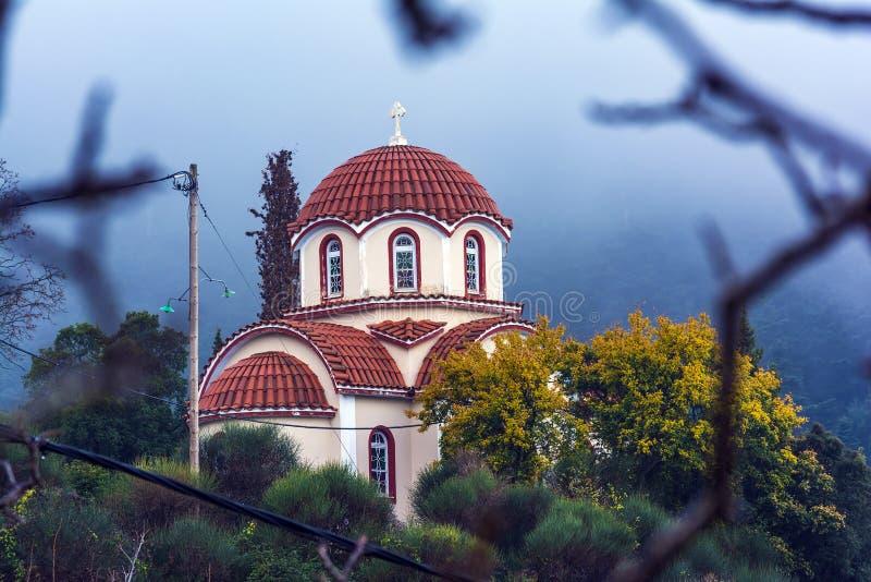 Pequeña capilla cerca del monasterio ortodoxo cristiano de la Virgen María en Malevi, Peloponeso, Grecia imagenes de archivo