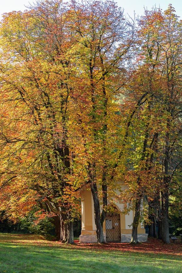Pequeña capilla con los árboles coloful del otoño, paisaje checo imagenes de archivo