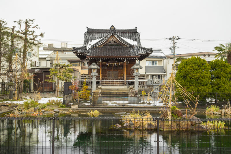 Pequeña capilla de madera tradicional de Japón imagenes de archivo