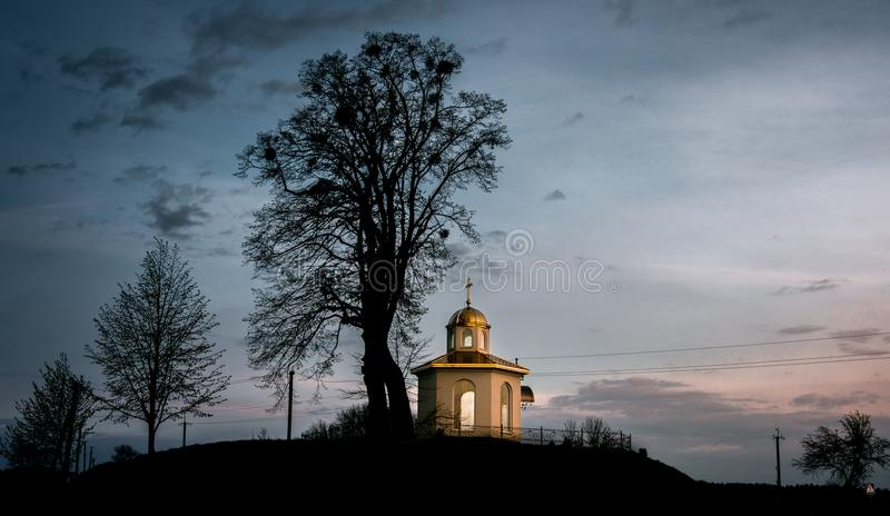 Pequeña capilla en el campo imágenes de archivo libres de regalías