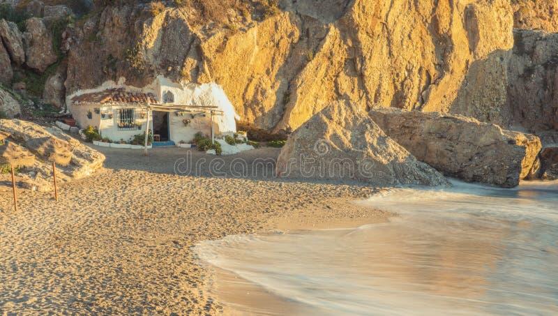 Pequeña casa blanca en las rocas imagen de archivo libre de regalías