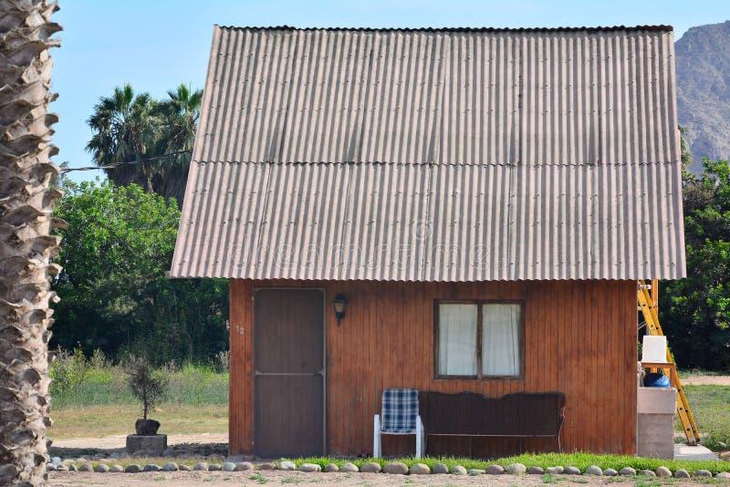 Pequeña casa de campo hecha con madera fotos de archivo