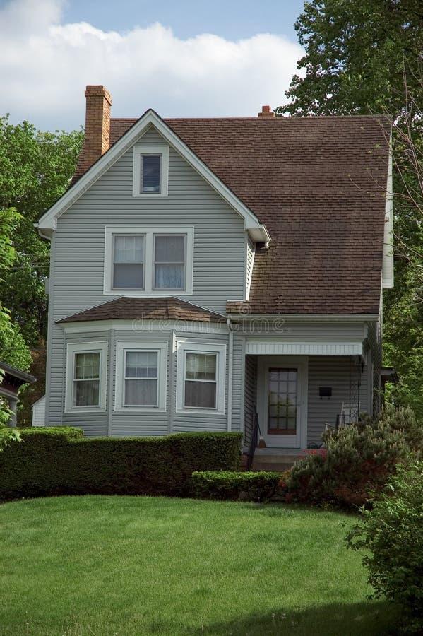Pequeña casa de la casa de planta baja imagen de archivo libre de regalías