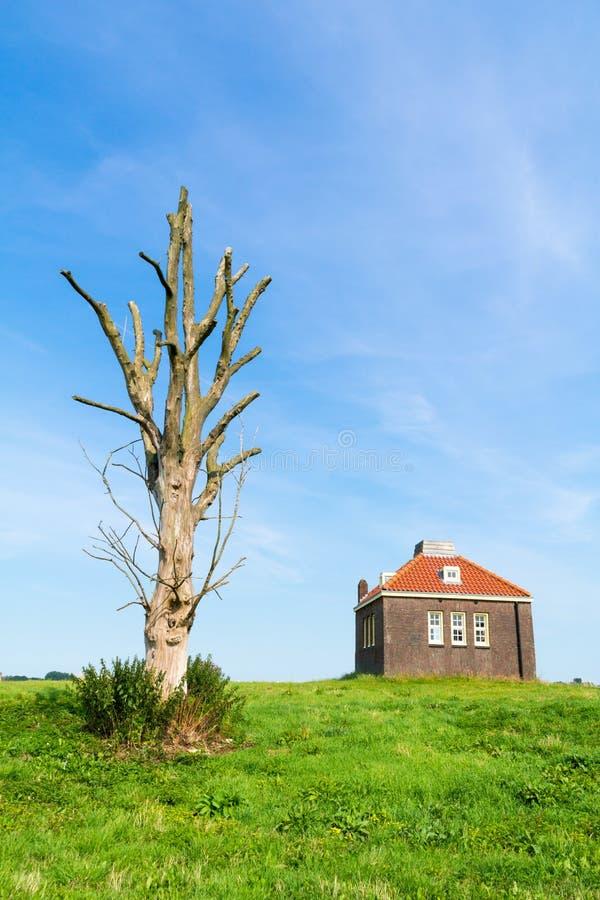 Pequeña casa de la sirena de niebla en puerto de la isla anterior Schokland, Nethe imagenes de archivo
