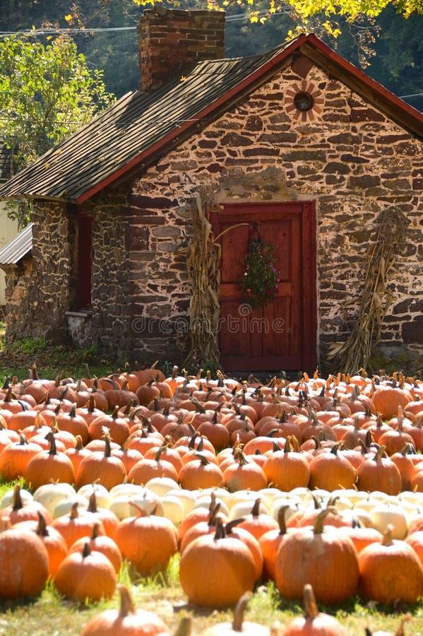 Pequeña casa de piedra en otoño foto de archivo libre de regalías