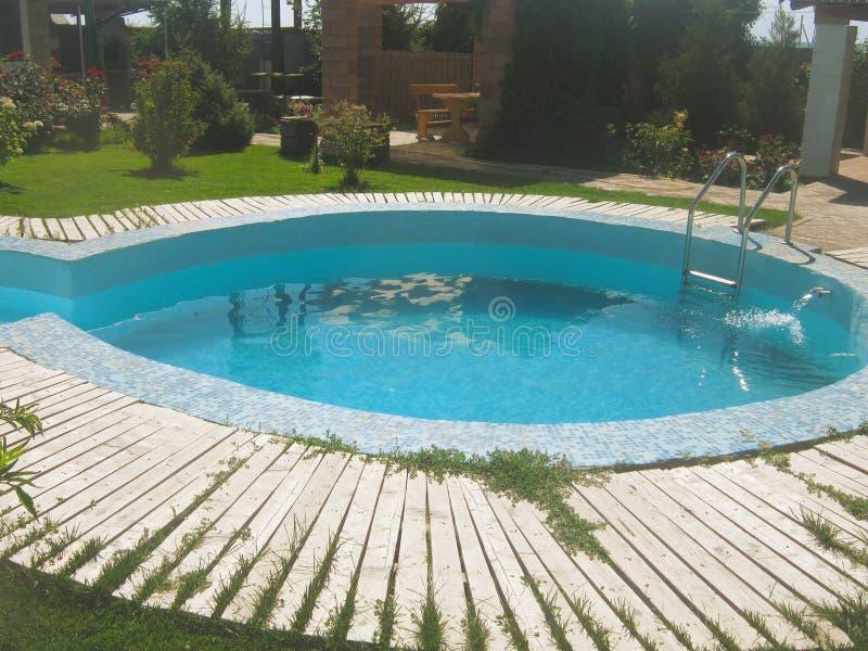 Pequeña casa del jardín de la piscina y del verano imagenes de archivo