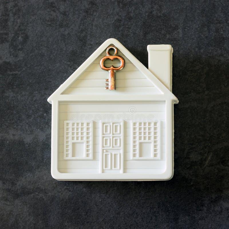Pequeña casa del juguete con una llave Venta del concepto, casa de la compra, hogar acogedor, propiedad segura foto de archivo