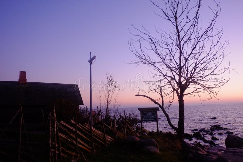Pequeña casa en el mar foto de archivo