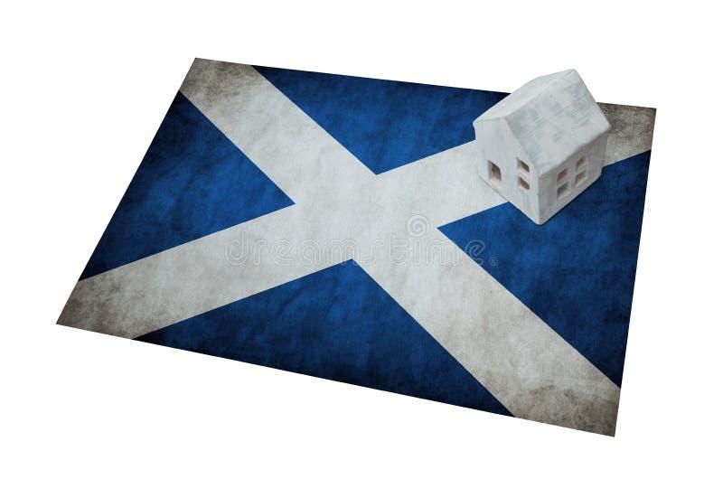 Pequeña casa en una bandera - Escocia foto de archivo libre de regalías