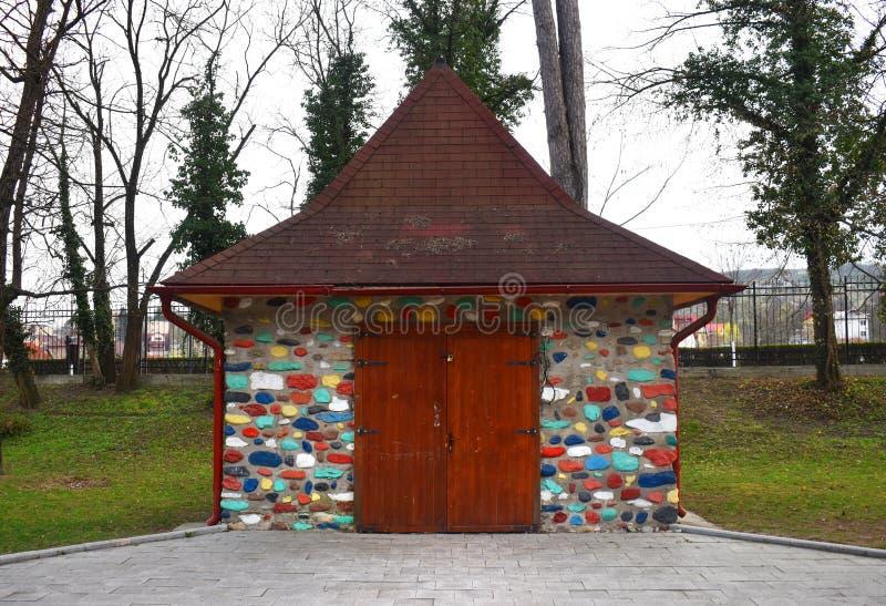 Pequeña casa hermosa con los ladrillos y las piedras coloridos foto de archivo