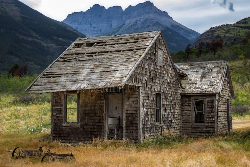 Pequeña casa vieja linda dulce rodeada por las montañas imágenes de archivo libres de regalías