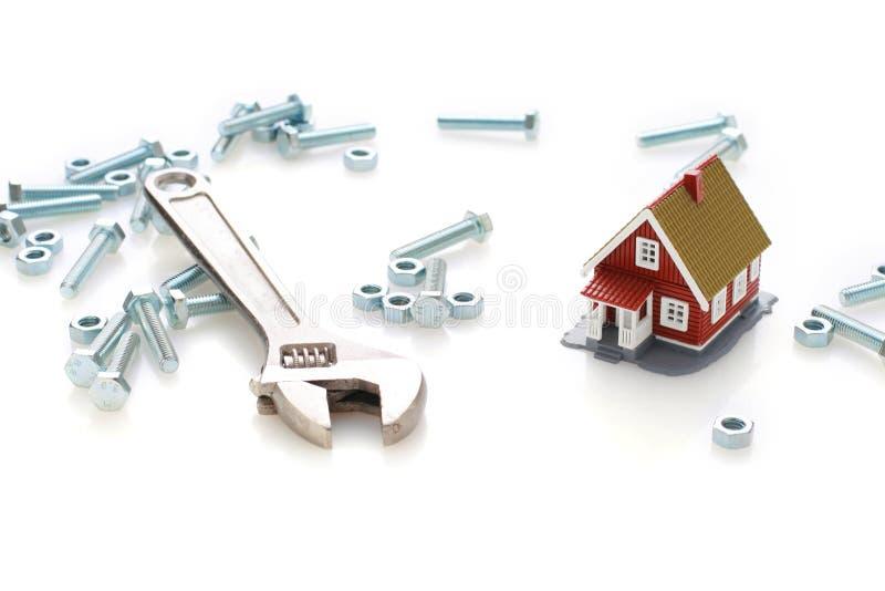 Pequeña casa y herramientas. imagen de archivo libre de regalías