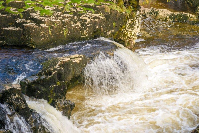 Pequeña cascada con agua blanca imagen de archivo