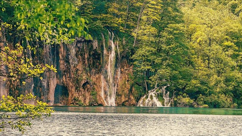 Pequeña cascada con un lago imagen de archivo