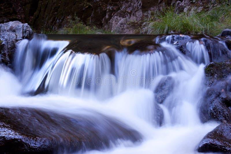 Pequeña cascada de la montaña fotografía de archivo libre de regalías
