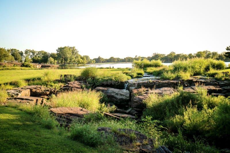 Pequeña cascada en el parque fotos de archivo