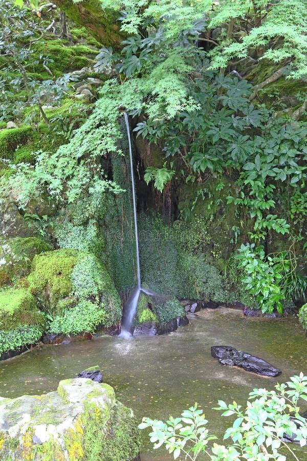 Pequeña cascada en jardín japonés del zen fotos de archivo