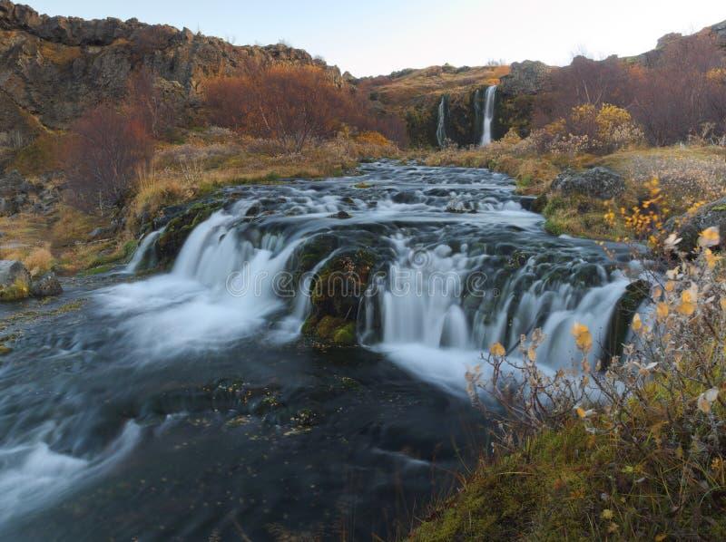 Pequeña cascada en la isla imagenes de archivo