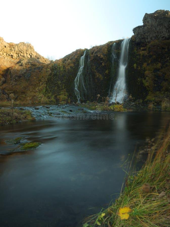 Pequeña cascada en la isla fotos de archivo