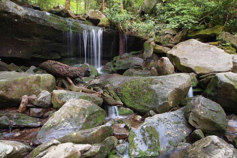 Pequeña cascada en las montañas ahumadas fotografía de archivo libre de regalías