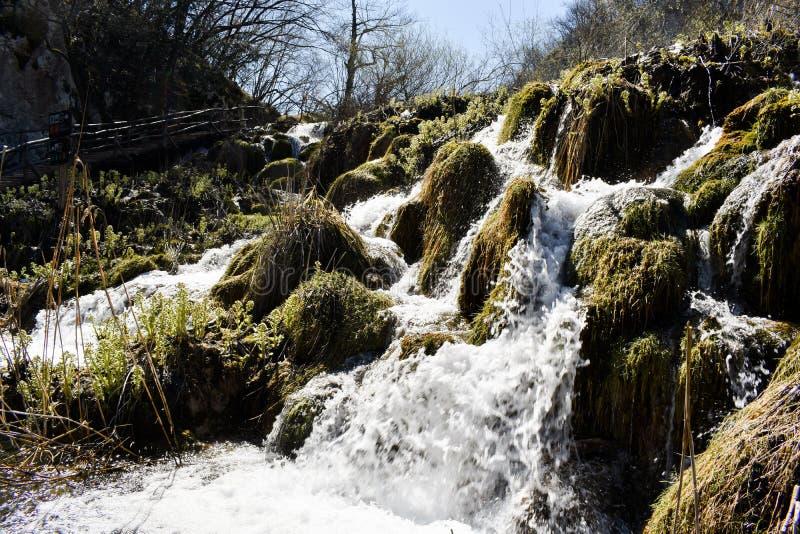 Peque?a cascada en los lagos Plitvice, parque nacional en Croacia foto de archivo
