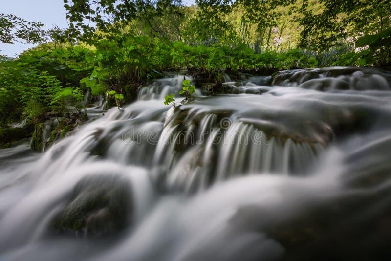 Pequeña cascada en parque nacional de los lagos Plitvice fotografía de archivo