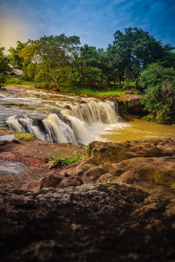 Pequeña cascada exótica para nadar la cascada nombrada de Tadton adentro foto de archivo