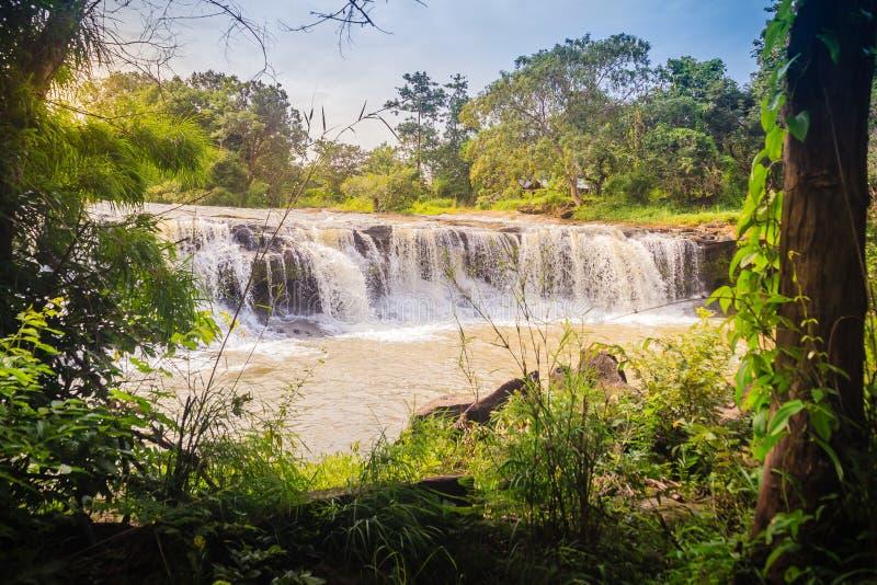 Pequeña cascada exótica para nadar la cascada nombrada de Tadton adentro imagenes de archivo